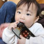 赤ちゃんがスマホを食べる